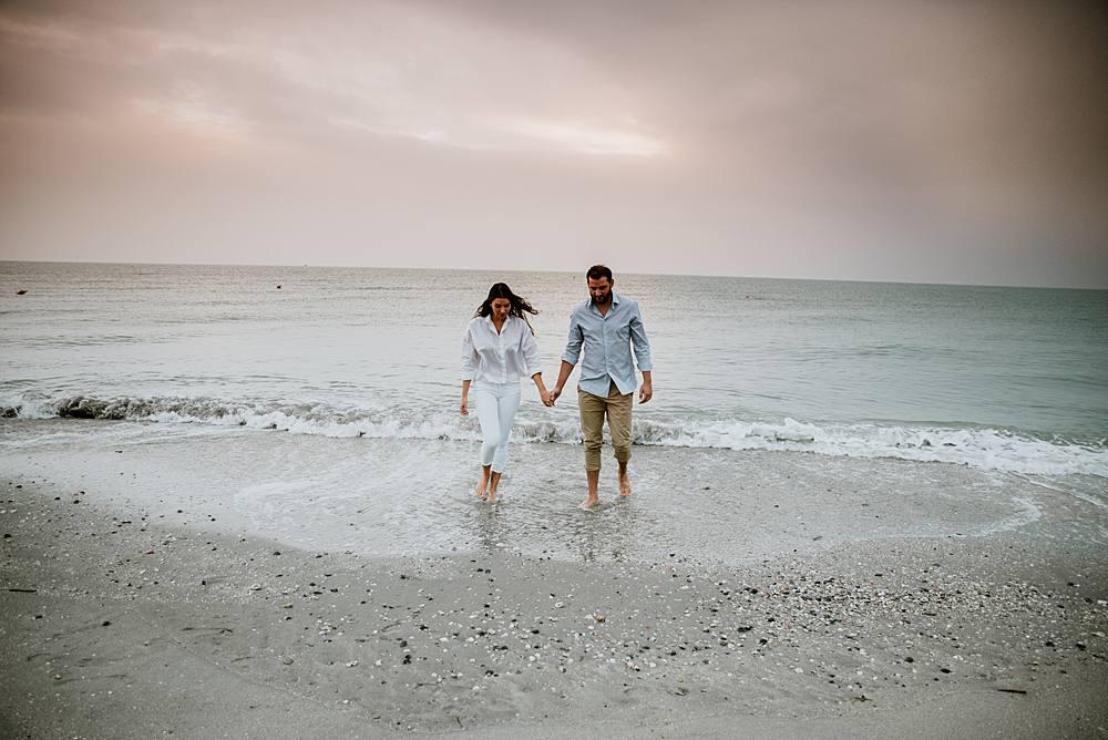 Prematrimoniale all'alba in riva al mare